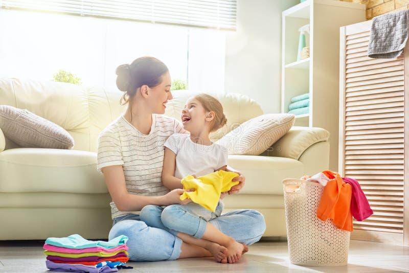 Familie, die zu Hause Wäscherei tut lizenzfreies stockbild