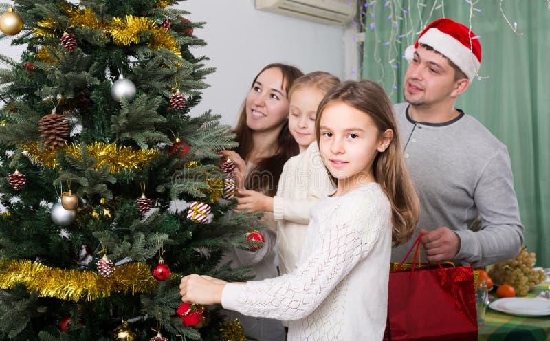 familie die zu hause weihnachtsbaum verziert stockfoto bild von abendessen dekoration 65506052. Black Bedroom Furniture Sets. Home Design Ideas