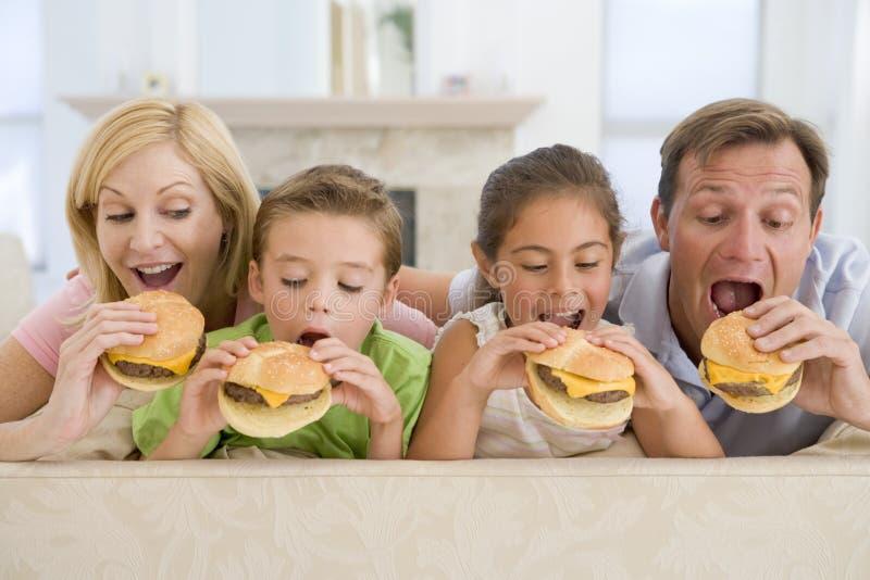 Familie, die zusammen Cheeseburger isst lizenzfreies stockfoto