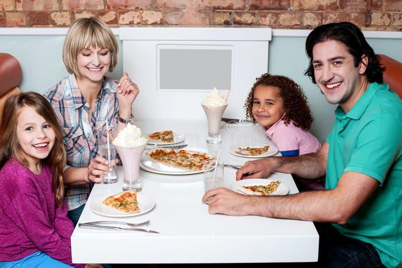 Familie, die zusammen in einem Restaurant isst lizenzfreie stockbilder