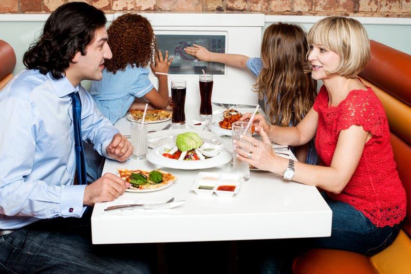 Familie, die zusammen im Hotel isst lizenzfreie stockbilder