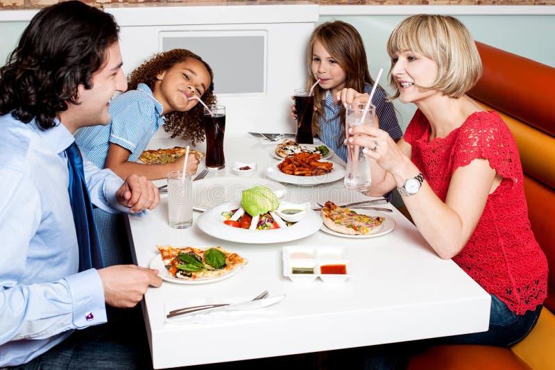 Familie, die zusammen im Hotel isst lizenzfreies stockbild