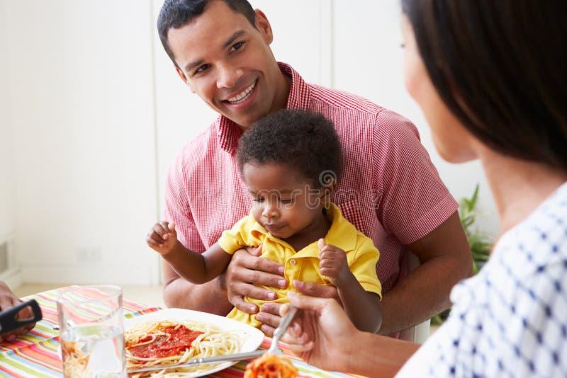 Familie, die zusammen Mahlzeit zu Hause isst stockbilder