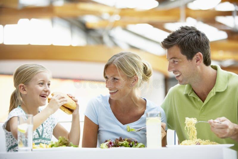 Familie, die zusammen am Mall zu Mittag isst lizenzfreie stockfotos