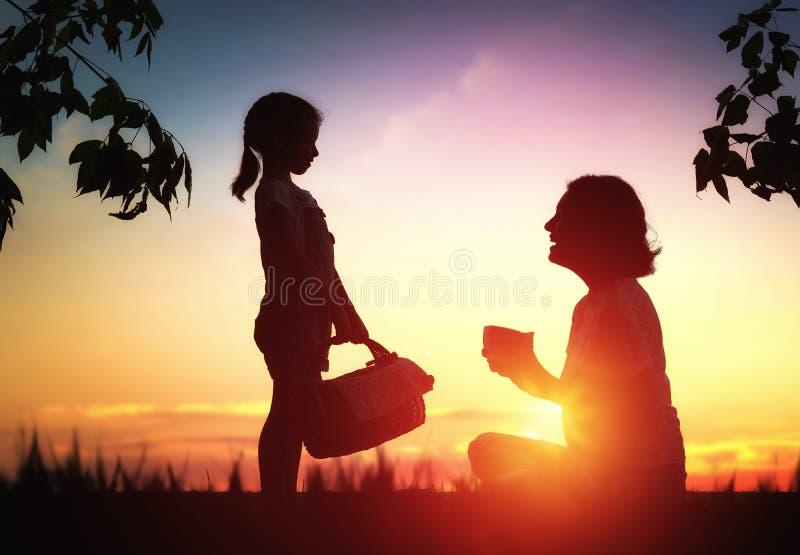 Familie, die zusammen picnicking ist stockfoto
