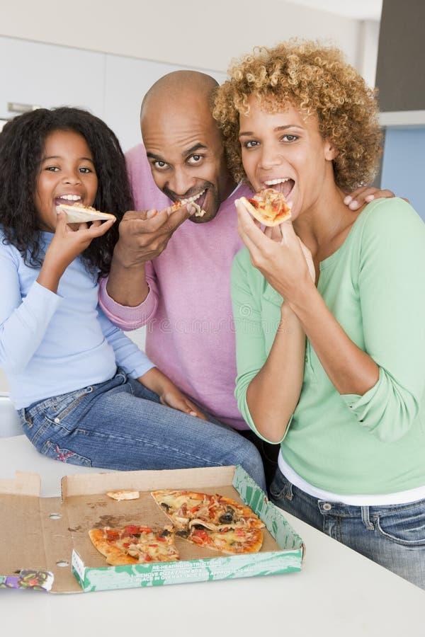 Familie, die zusammen Pizza isst stockbild