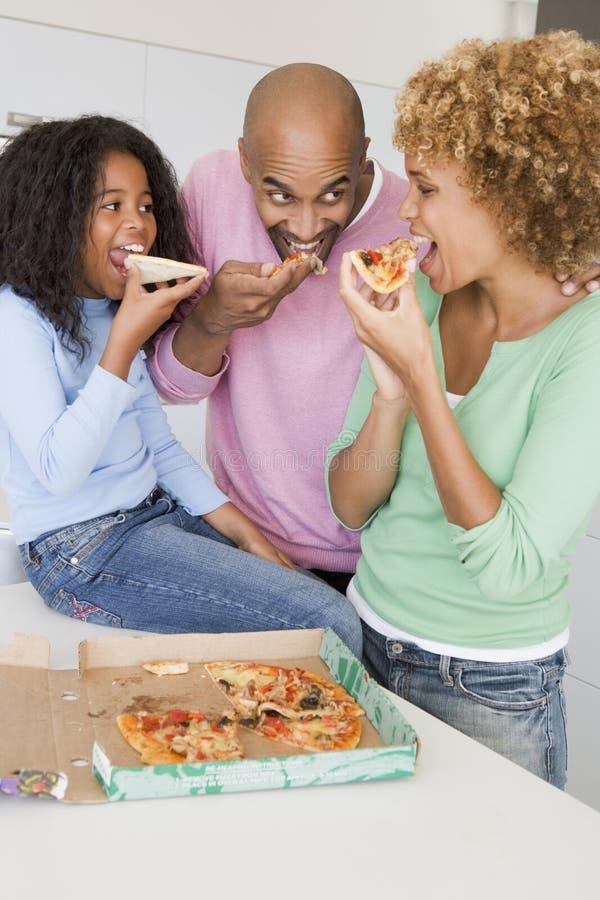 Familie, die zusammen Pizza isst lizenzfreies stockfoto