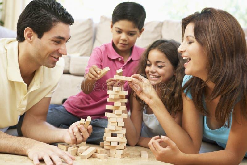 Familie, die zusammen Spiel zu Hause spielt stockbild