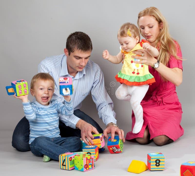 Familie, die zusammen spielt lizenzfreie stockfotos