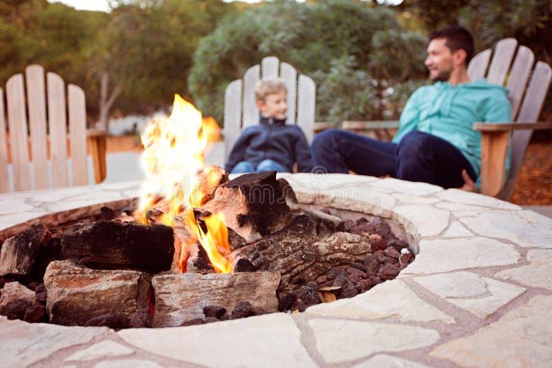 Familie door firepit stock afbeelding