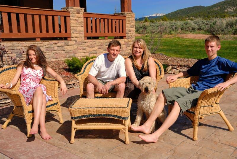 Familie door het huis royalty-vrije stock afbeeldingen