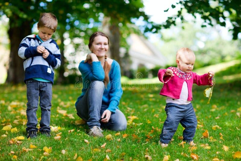 Familie draußen stockfotos