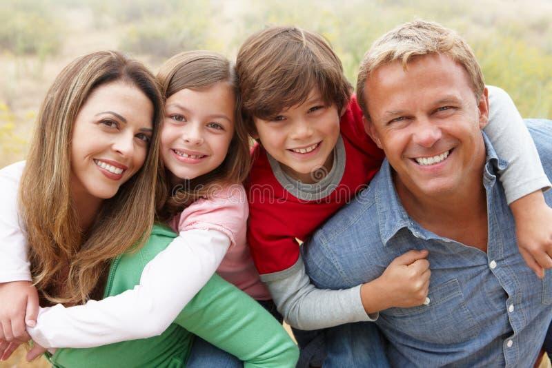 Familie draußen lizenzfreie stockfotografie