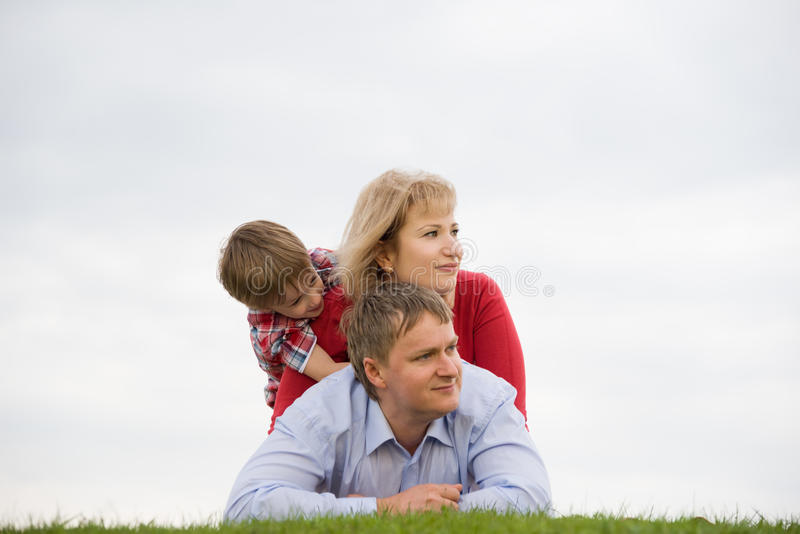 Familie draußen stockbild