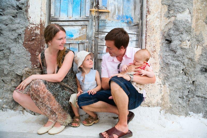 Familie draußen lizenzfreies stockfoto