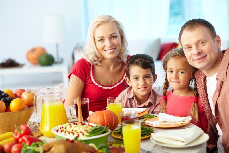 Familie durch festliche Tabelle
