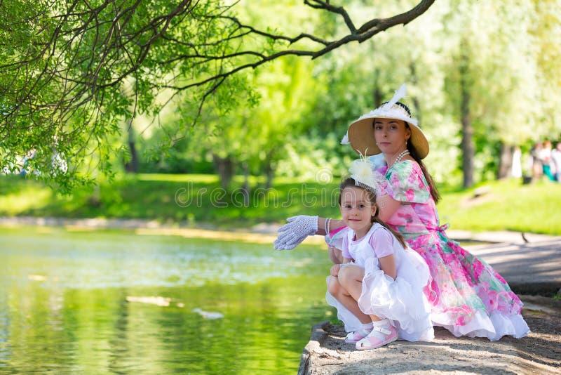 Familie in een de zomerpark stock afbeeldingen