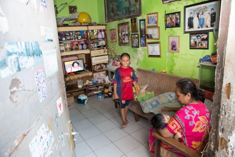 Familie in een krottenwijkhuis in Djakarta royalty-vrije stock foto