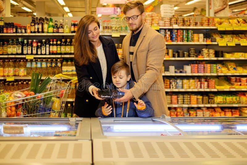 Familie in een kruidenierswinkelopslag royalty-vrije stock fotografie