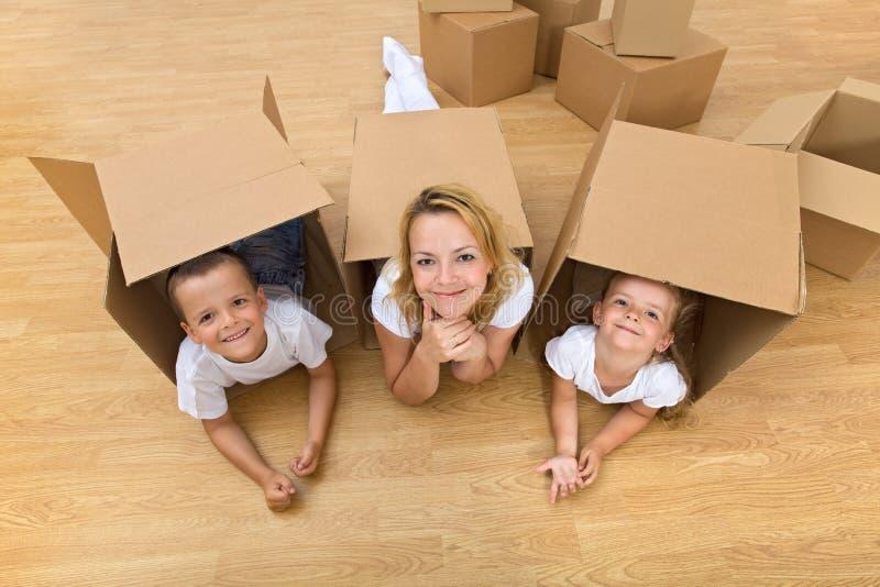Familie in een nieuw huis stock afbeelding