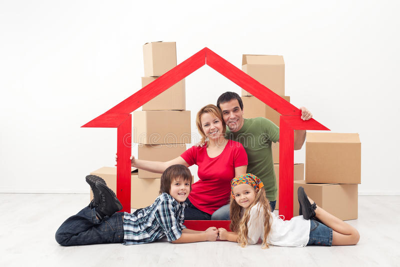 Familie in een nieuw huisconcept royalty-vrije stock afbeeldingen