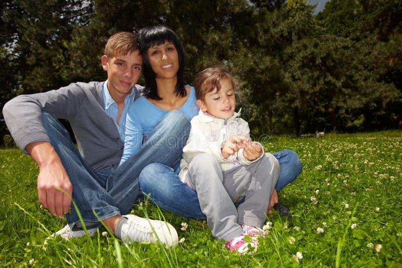 Familie in een park royalty-vrije stock foto's