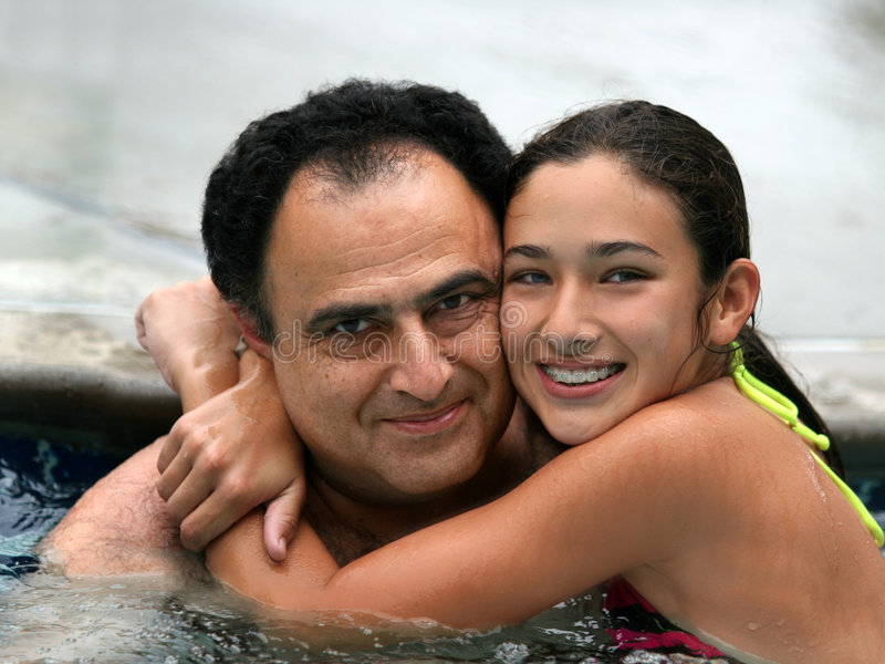 Familie in een pool royalty-vrije stock afbeelding