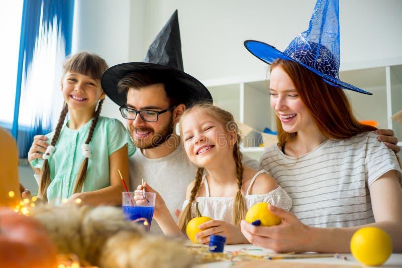 Familie an einem Halloween-Tisch lizenzfreie stockfotos