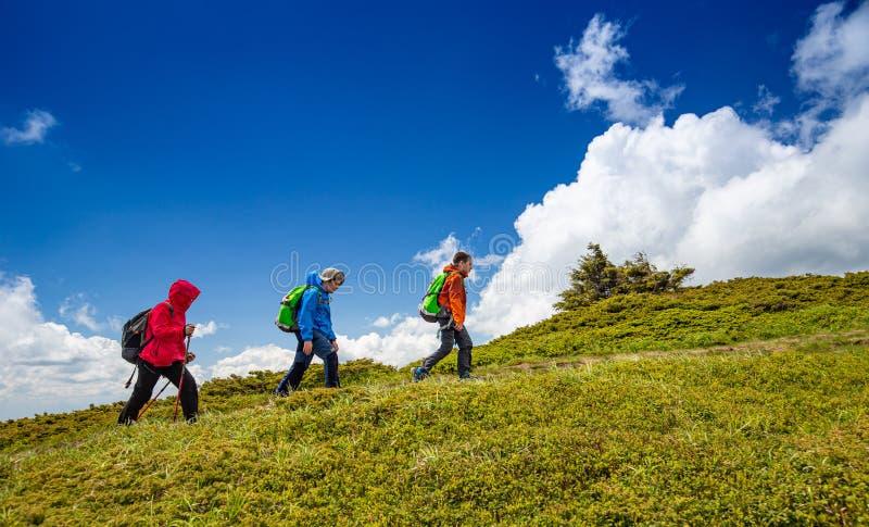 Familie an einem Trekkingstag lizenzfreie stockbilder