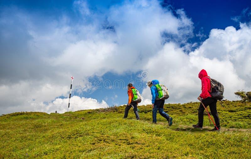 Familie an einem Trekkingstag lizenzfreie stockfotos