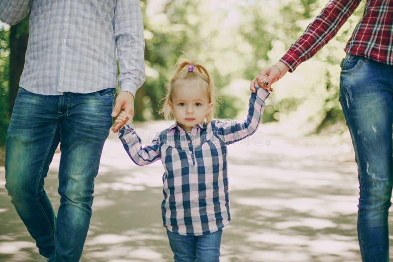 Familie in einem Wald lizenzfreies stockbild