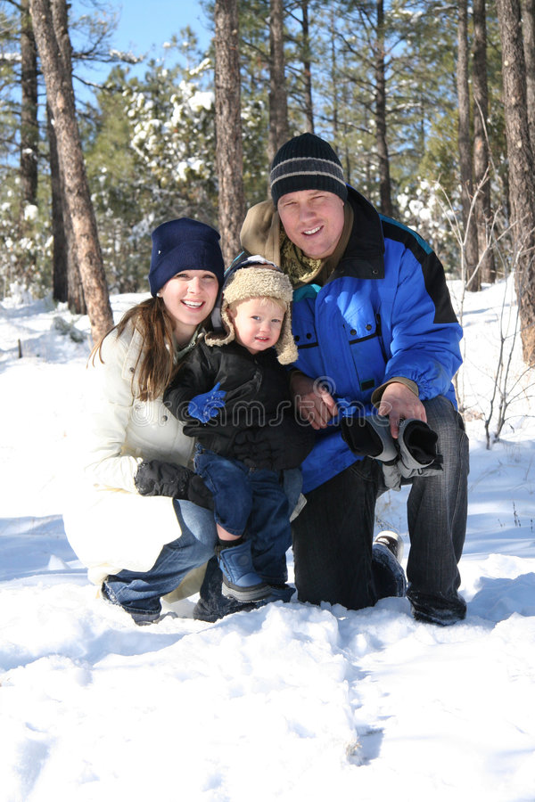Familie an einem Winter-Feiertag lizenzfreie stockfotos