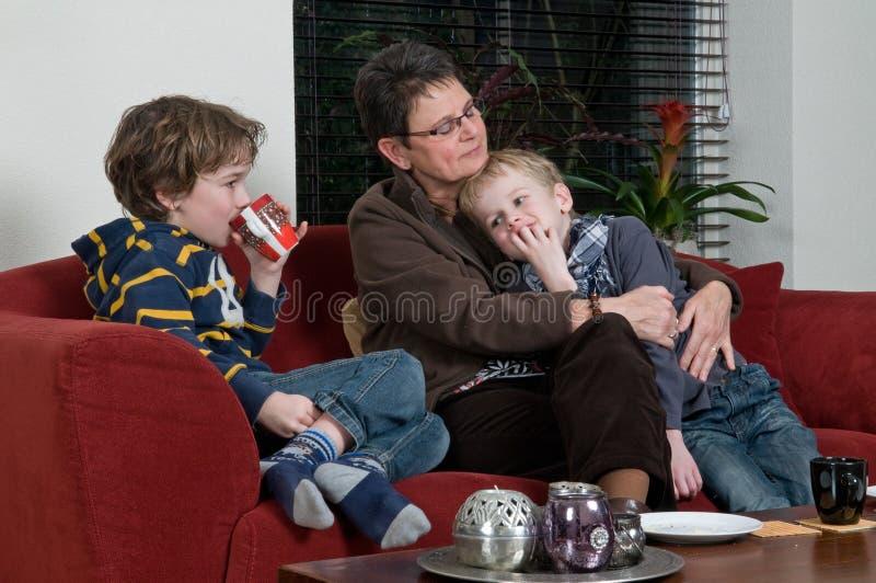 Familie in einem Wohnzimmer lizenzfreie stockbilder