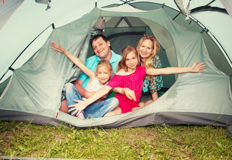 Familie in einem Zelt lizenzfreie stockfotografie