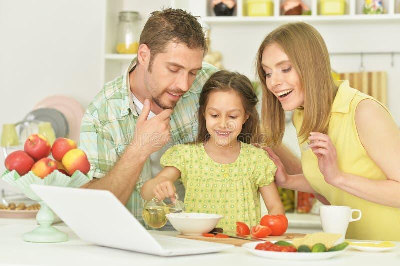 familie en dochter met voedsel stock foto