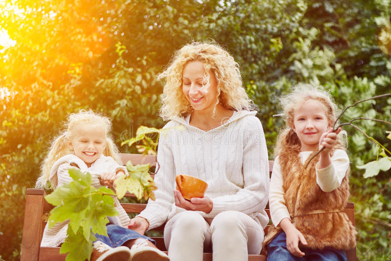 Familie en kinderen in de herfst stock foto