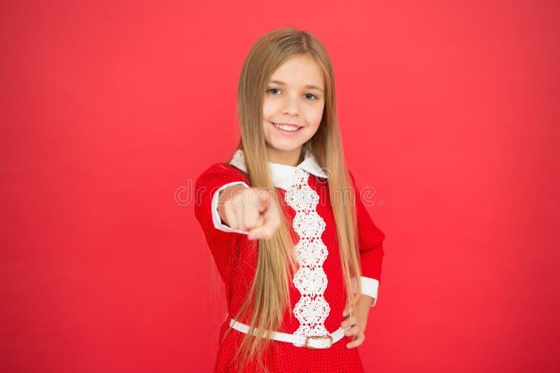Familie en liefde De Dag van kinderen klein meisjeskind Schoolonderwijs Goed ouderschap Kinderverzorging gelukkig meisje op rood stock fotografie