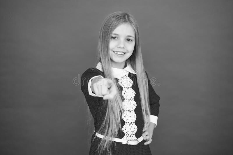 Familie en liefde De Dag van kinderen klein meisjeskind Schoolonderwijs Goed ouderschap Kinderverzorging gelukkig meisje op rood royalty-vrije stock foto's