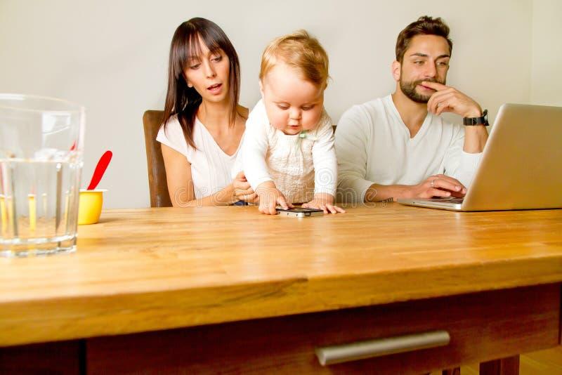 Familie en un ordenador portátil fotos de archivo