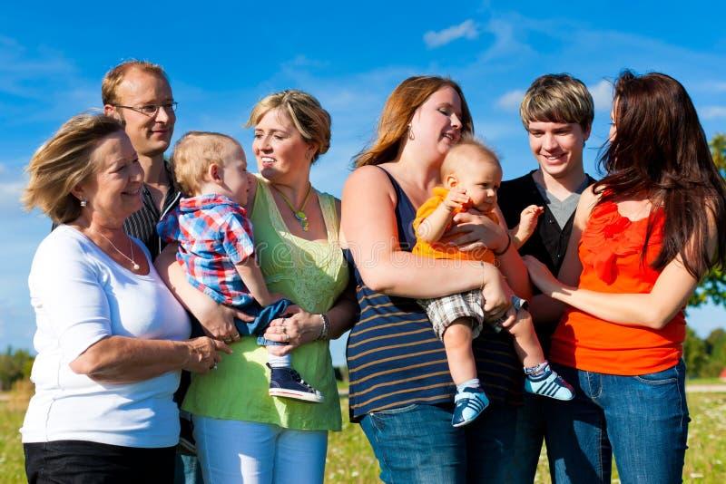 Familie en van meerdere generaties - pret op weide stock fotografie