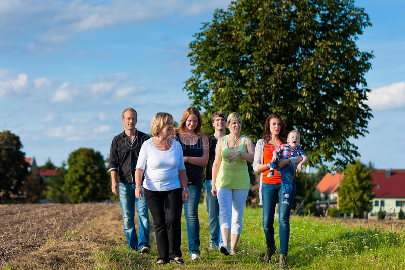Familie en van meerdere generaties - pret op weide in de zomer stock afbeeldingen