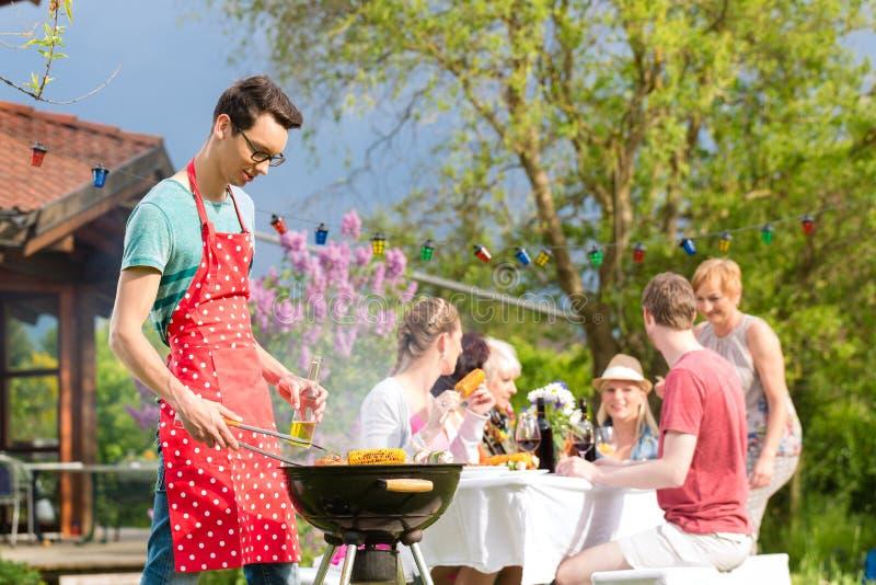 Familie en vrienden die bbq hebben bij tuinpartij royalty-vrije stock foto's