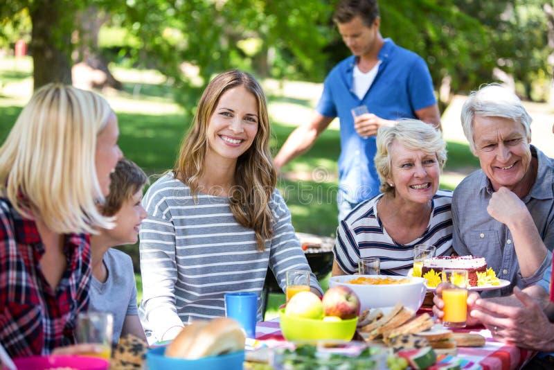 Familie en vrienden die een picknick met barbecue hebben stock afbeelding