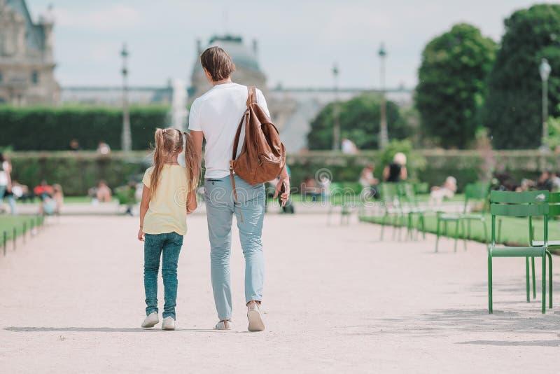 Familie in Europese stad, Parijs, Frankrijk Frans de zomervakantie, reis en mensenconcept royalty-vrije stock afbeelding