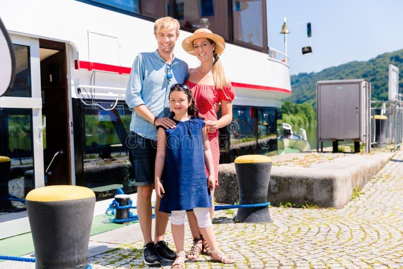Familie am Feiertag vor Boot zeigt sich Daumen lizenzfreie stockfotografie