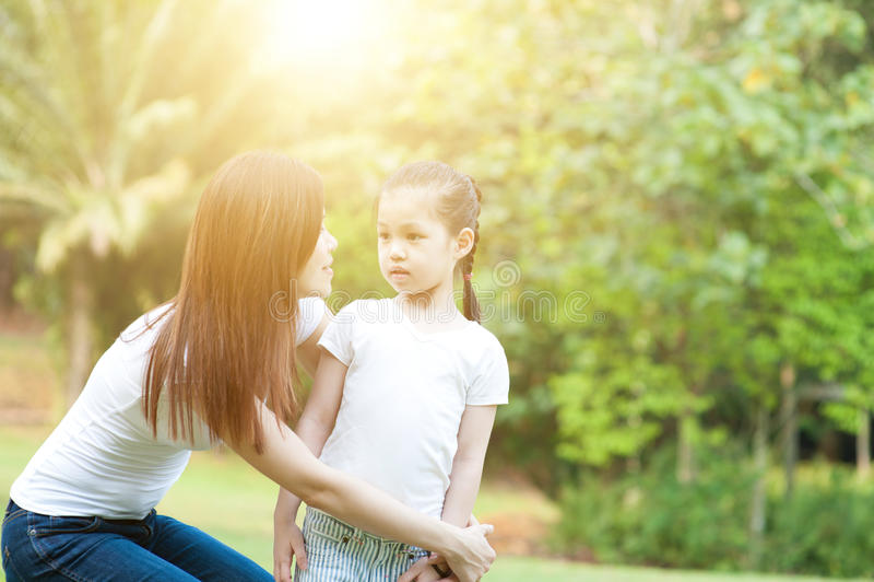 Familie am Freienpark lizenzfreie stockfotos