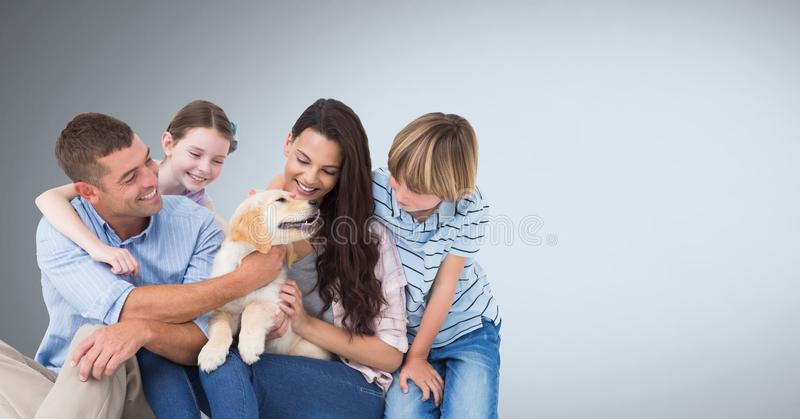 Familie gelukkig samen met grijze achtergrond royalty-vrije stock foto's
