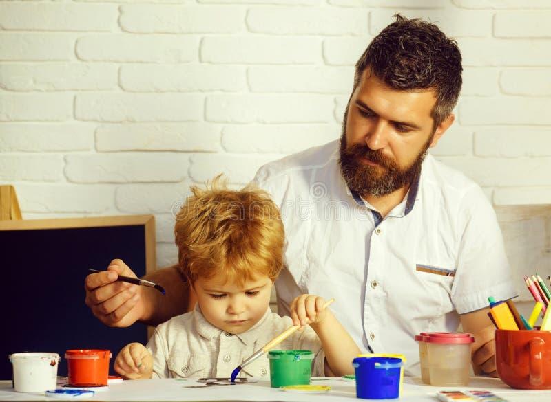 Familie gelukkige tijd Kunst met vader Papa en zoon die samen schilderen Tijd aan school Kunstonderwijs stock afbeelding