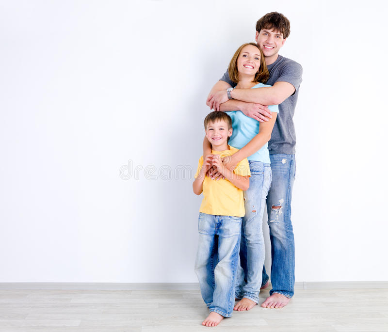 Familie In Greep Dichtbij De Muur Stock Foto