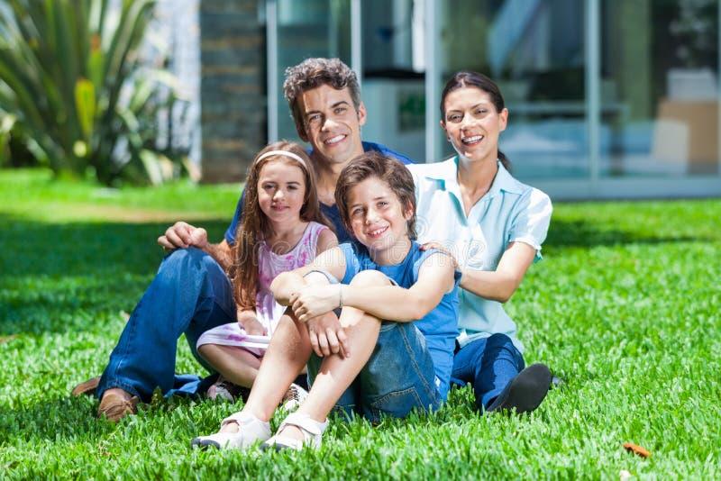 Familie in groot huis stock foto